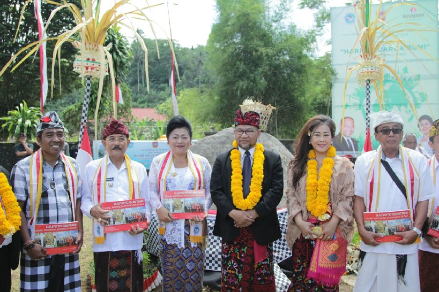 "President Djuyoto Suntani and Karangasem Regent Signed ""Earthly Family Day"" at Stone 3000 Kgs"